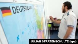 یک سوری که درخواست پناهندگی او در آلمان پذیرفته شده است، در یک کلاس زبان در هانوفر شرکت می کند.