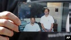 Ông Eric Paddock cầm tấm ảnh của ông (trái) và người anh, Stephen Paddock, (phải) bên ngoài nhà của ông tại Orlando, Florida, ngày 2/10/2017.