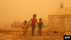 在黎巴嫩东部巴勒贝克市难民营里的叙利亚儿童 (2015年9月7日)