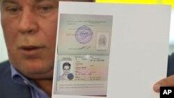 Anatoly Kucherena, pengacara Snowden, menunjukkan dokumen suaka Snowden kepada wartawan di Moskow (1/8).