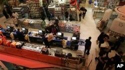 지난 2008년 세일 행사를 맞이해 뉴욕에 위치한 상점에 방문한 소비자들. (자료사진)