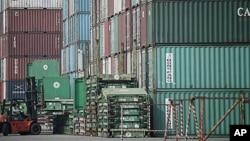 圖為中國上海一個港口附近的叉車正在搬運集裝箱資料照。