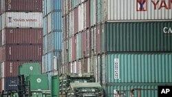 圖為中國上海一個港口附近的卡車正在搬運集裝箱。(資料照)