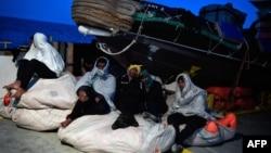 Les migrants sont assis à bord du MV Aquarius à destination de l'Italie le 9 mai 2018.