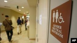 佛蒙特大学一个中性厕所的门前(2007年)