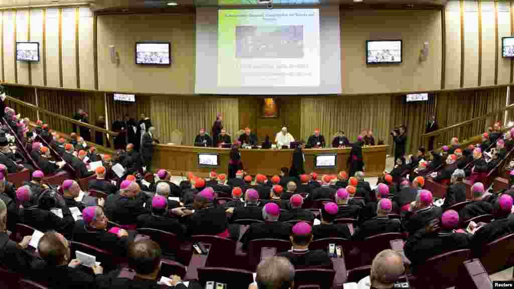 Pape Francis conduit le synode des évêques dans la salle de Paul VI au Vatican, le 6 oct 2014.