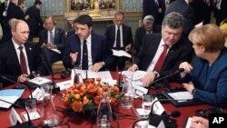 17일 이탈리아 밀라노에서 유럽 정상들이 우크라이나 평화 방안을 논의했다. 왼쪽부터 블라디미르 푸틴 러시아 대통령, 마테로 렌지 이탈리아 총리, 베트로 포로셴코 우크라이나 대통령, 앙겔라 메르켈 독일 총리.