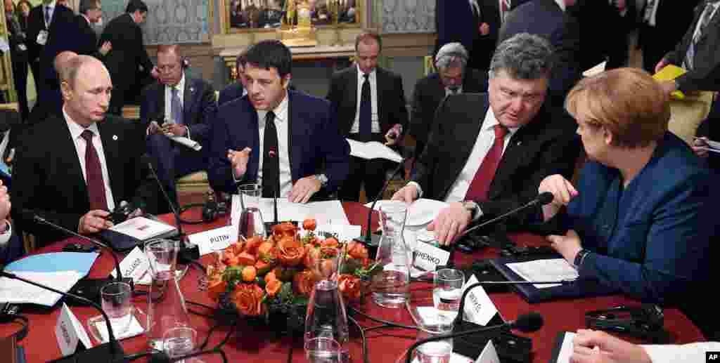 From left, Russian President Vladimir Putin, Italian Prime Minister Matteo Renzi, Ukraine's President Petro Poroshenko and German Chancellor Angela Merkel during a meeting on the sidelines of the ASEM summit of European and Asian leaders in Milan, Oct. 17, 2014