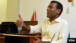 Mantan Presiden Maladewa, Mohamed Nasheed berbicara kepada media di rumahnya di ibukota Male (9/2).