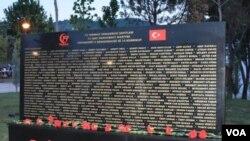 На мемориальной доске выгравированы имена жертв провалившегося военного переворота 2016 года