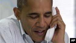 14일 미국 버지니아주 윌리엄스버그의 지지 캠프에서 자원봉사자와 통화하는 바락 오바마 대통령.