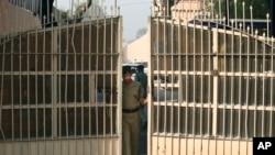 Un agent de la police indienne entrain de fermer les portes d'une prison à New Delhi, en Inde, 11 mars 2013.