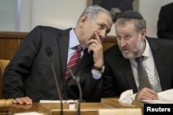 Israel's Prime Minister Benjamin Netanyahu, left, speaks with Cabinet Secretary Avichai Mandelblit during the weekly cabinet meeting in Jerusalem May 4, 2014.