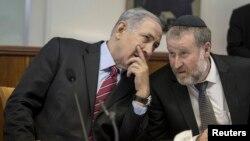 Le Premier ministre Benjamin Netanyahu, à gauche, parle avec son secrétaire de cabinet Avichai Mandelblit, à Jerusalem, le 4 mai 2014.