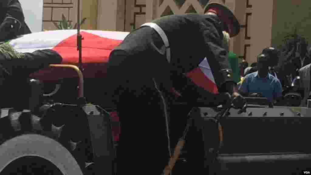 Le cercueil de l'ex-président burundais tranporte dans une voiture, le 16 mai 2016 à Bujumbura.