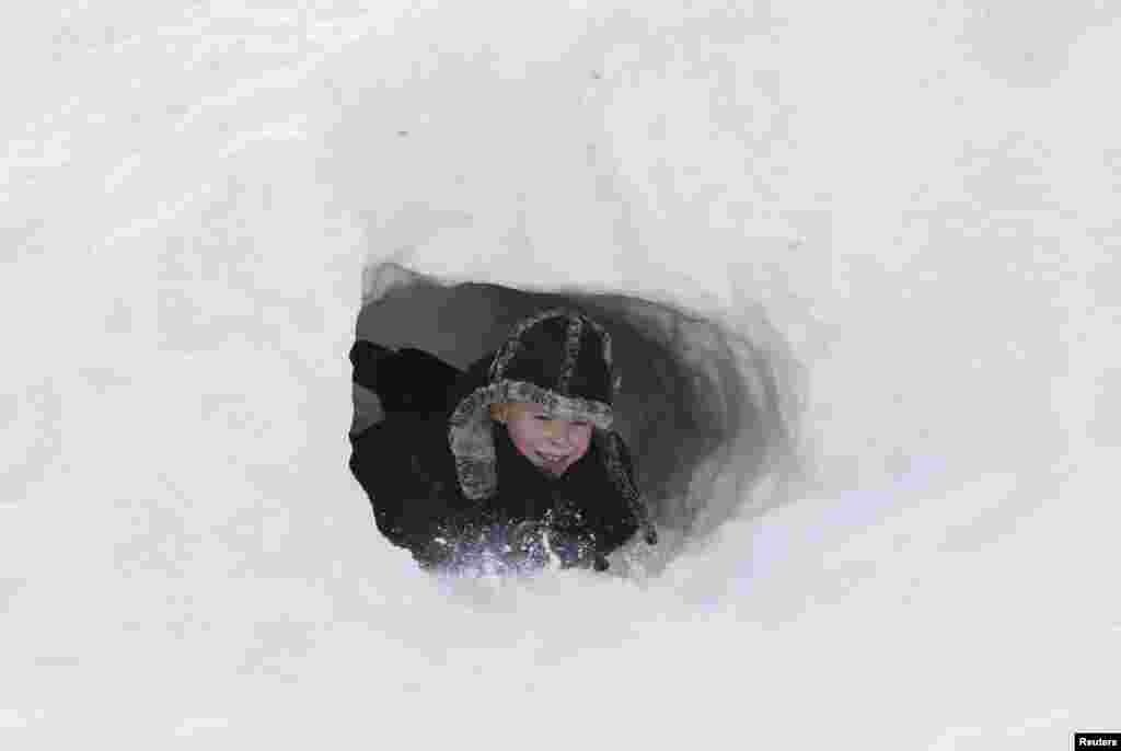 برف بازی پسر بچه در روسیه