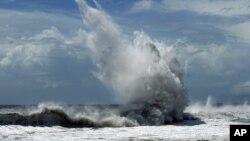 Những cơn sóng lớn đập vào Ilan. ngôi làng trong vùng duyên hải Đài Loan hôm 23/8/12