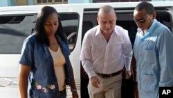 Carromero, al centro, conducía el auto en que murió el opositor Oswaldo Payá.