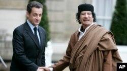 En esta foto de archvio del 10 de diciembre de 2007 se ve al presidente francés, Nicolás Sarkozy (izquierda) saludando al líder libio coronel Moammar Gadhafi, a su llegada al palacio del Eliseo en París.