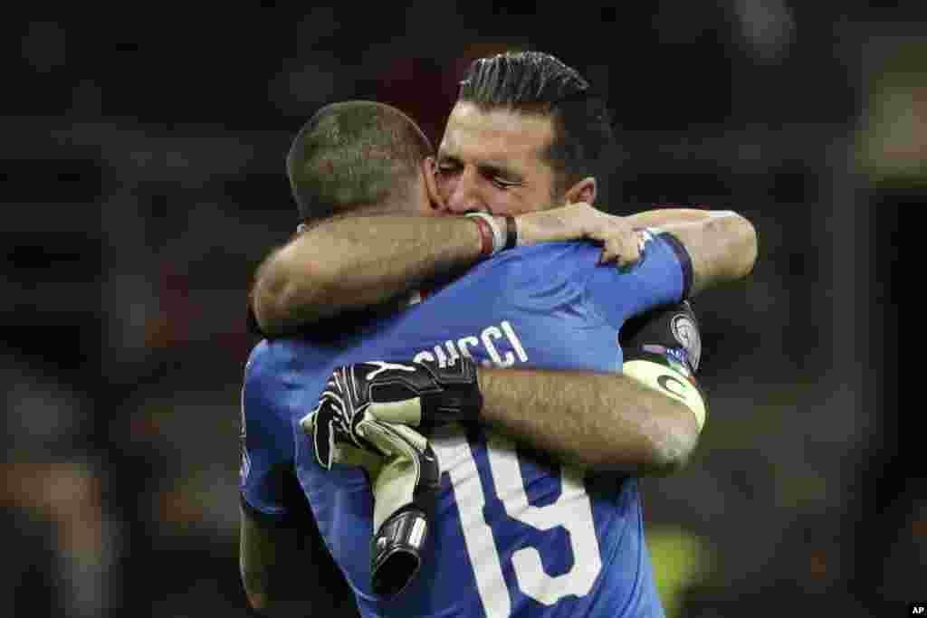 Le gardien de but italien Gianluigi Buffon et son coéquipier Leonardo Bonucci éliminés lors de la phase finale des éliminatoires de la Coupe du monde de football entre l'Italie et la Suède, le 13 novembre 2017.