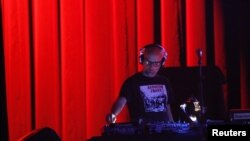 Musisi/DJ Moby dalam salah satu penampilannya pada 2012. (Reuters/Mario Anzuoni)