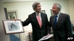 Menteri Luar Negeri AS John Kerry (kiri) dan Menteri Pertahanan Chuck Hagel (foto: dok).
