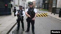Polisi bersenjata berjaga-jaga di pusat kota London.