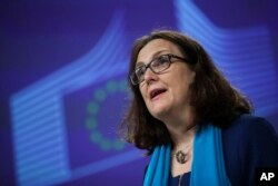 រូបឯកសារ៖ លោកស្រី Cecilia Malmström ស្នងការពាណិជ្ជកម្មសហភាពអឺរ៉ុប ថ្លែងទៅកាន់អ្នកសារព័ត៌មាននៅក្នុងសន្និសីទកាសែតមួយ នៅទីស្នាក់ការធំរបស់សហភាពអឺរ៉ុបក្នុងទីក្រុងប្រុចស៊ែល នៅថ្ងៃទី ១៥ ខែមេសា ឆ្នាំ ២០១៩។ (AP Photo/Francisco Seco)
