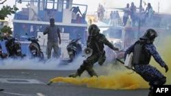 Quân đội Maldive đụng độ với người ủng hộ Tổng thống bị lật đổ Mohamed Nasheed tại Male, ngày 8/2/2012