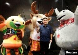Ketua Panitia Asian Games (Indonesian Asian Games Organizing Committe) Erick Thohir berpose dengan beberapa maskot Asian Games, Jakarta, 23 Maret 2018.