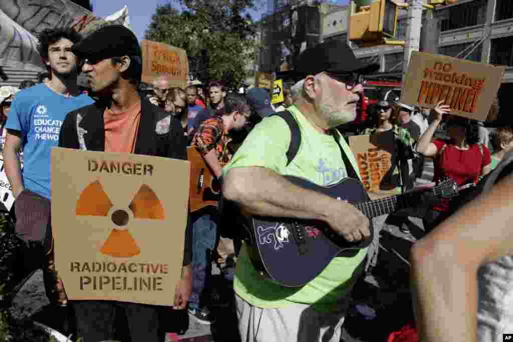 شماری از تظاهرکنندگان با روش حفاری گاز طبیعی مخالفند.