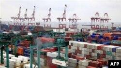 Шанхайский порт. Китай. Разгрузка и погрузка контейнеров идет в три смены