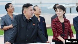 La nueva esposa del joven líder se llama Ri Sol-Ju y acudió este martes con su marido a la inauguración de un parque de atracciones en Pyongyang.