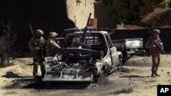 21일 말리 디아발리에서 프랑스군의 공격으로 파괴된 반군 차량을 살펴보는 프랑스 병사들.