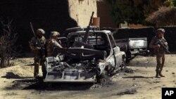 Quân đội Pháp xem xét một chiếc xe quân sự bị thiêu rụi của các phần tử Hồi giáo cực đoan ở ngoại thành Diabaly, Mali, ngày 21/1/2013.