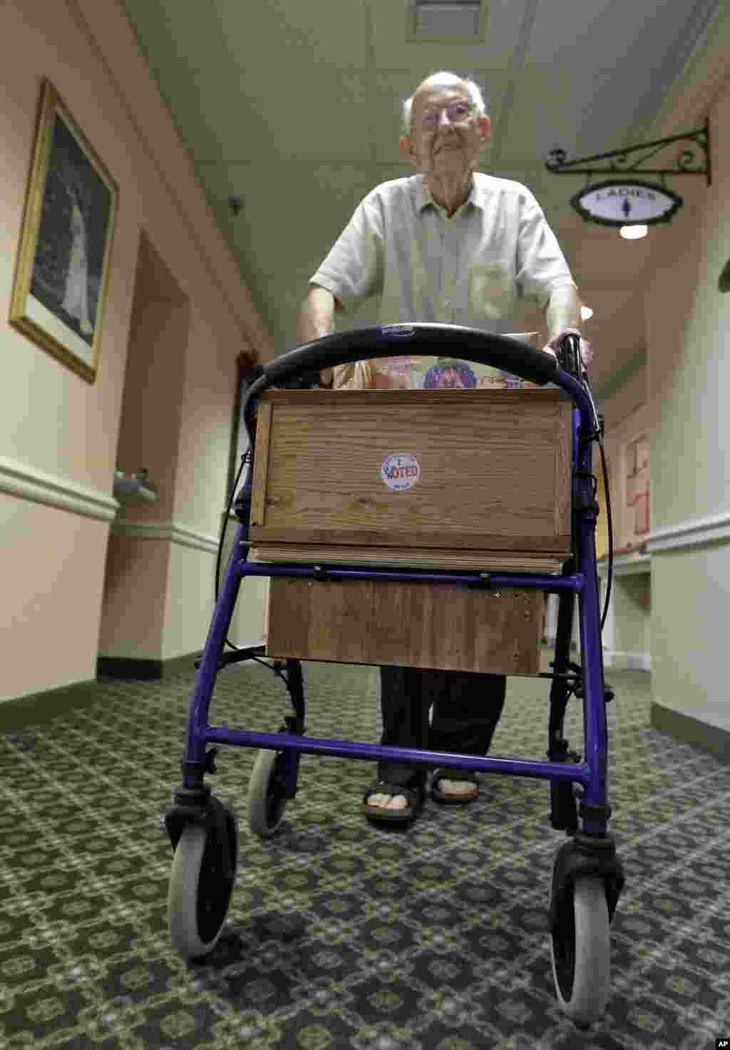 """Cụ Rolf Kleinwort, 87 tuổi, ở Boca Raton, Florida, dán nhãn """"I Voted"""" trên nạng đỡ của cụ sau khi bầu xong. (AP Photo/Chris O'Meara)"""