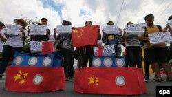 Sinh viên Philippines biểu tình chống Trung Quốc về vấn đề chủ quyền ở Biển Đông tại Manila, Philippines, ngày 3/3/2016. Nhiều dự báo cho rằng Tòa trọng tài thường trực ở La Haye sẽ ra phán quyết có lợi cho Philippines trong vụ nước này khiếu nại về những tuyên bố chủ quyền của Trung Quốc ở Biển Đông.