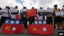 지난 3월 중국의 남중국해 영유권 주장을 비판하는 시위를 벌이고 있는 필리핀 마닐라의 학생들. (자료사진)