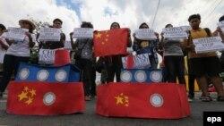 지난 3월 필리핀 마닐라 주민들이 중국의 남중국해 영유권 주장에 항의하는 구호를 들고 있다. (자료사진)