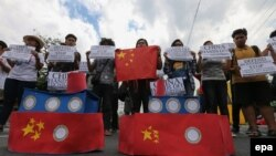 菲律宾学生举着横幅,抗议中国在南中国海的侵略活动(2016年3月3日)。(资料照片)