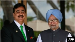Thủ tướng Ấn Ðộ Manmohan Singh (phải) và Thủ tướng Pakitan Yusuf Raza Gilani tại hội nghị thượng đỉnh SAARC