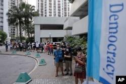 香港选民排队为泛民主派立法会选举初选投票。(2020年7月11日)