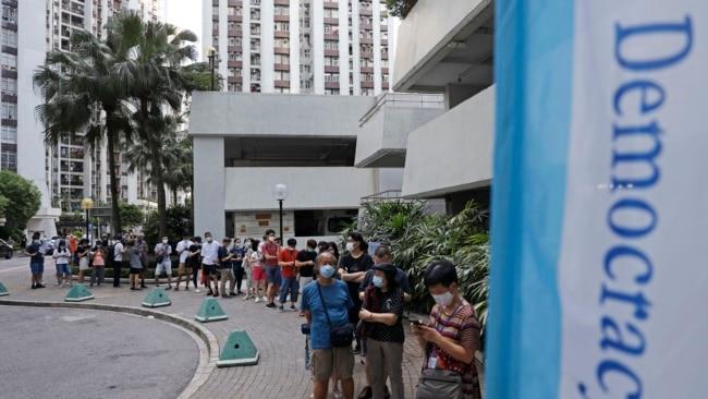 香港选民排队为泛民主派立法会选举初选投票。(美联社2020年7月11日资料照)