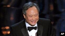 """Ang Lee saat menerima penghargaan sebagai sutradara terbaik untuk film """"Life of Pi"""" dalam Academy Awards 2013 di Dolby Theatre, Los Angeles (24/2). (AP/Chris Pizzello/Invision)"""