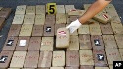 Un officier nicaraguayen montre des sacs de cocaïne, Riva, 5 janvier 2007.