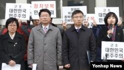 19일 한국 통합진보당 의원과 관계자들이 국회 본청 앞에서 헌법재판소의 해산 결정과 관련해 입장을 밝히는 기자회견을 하고 있다. 왼쪽부터 김미희, 오병윤, 이상규, 김재연 의원.