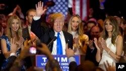 Ứng cử viên tổng thống đảng Cộng hòa Donald Trump cùng vợ Melania (phải), và con gái Ivanka (trái) ăn mừng chiến thắng trong cuộc họp báo đêm thứ Ba 3 tháng 5, 2016 tại New York.