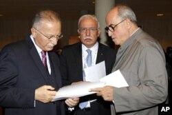 Le chef de la diplomatie palestinienne Riyad al-Malki entre le secrétaire général de l'Organisation de la coopération islamique Ekmeleddin Ihsanoglu (à gauche) et l'ambassadeur palestinien à l'UNESCO Elias Sanbar (à droite)