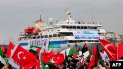 Hàng ngàn người vẫy cờ Thổ Nhĩ Kỳ và Palestine trong buổi lễ chào đón tàu Mavi Marmara, 26/12/2010