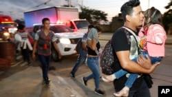 Nan maten madi 15 janvye 2019, yon nouvo karavann imigran pati kite nan San Pedro Sula, Honduras, ap vanse nan diresyon fwontyè Etazini ak Meksik. (Foto: AP/Delmer Martinez)